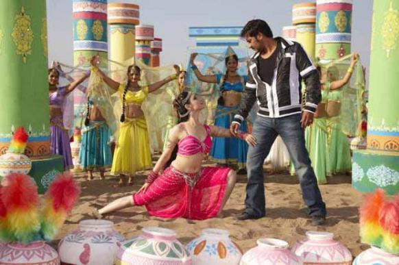 इस फिल्म के हिट सांग 'नैनो में सपना...' के एक दृश्य में तमन्ना और अजय देवगन।
