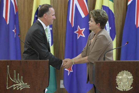 न्यूजीलैंड के पीएम जॉन कैरी ब्राजील के राष्ट्रपति डिलमा राउसेफ से मिलते हुए।