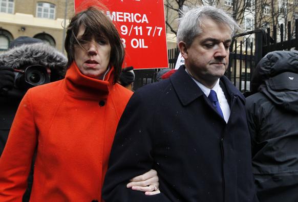ब्रिटेन के पूर्व ऊर्जा सचिव क्रिस हाउने लंदन में अदालती कार्रवाई के दौरान।
