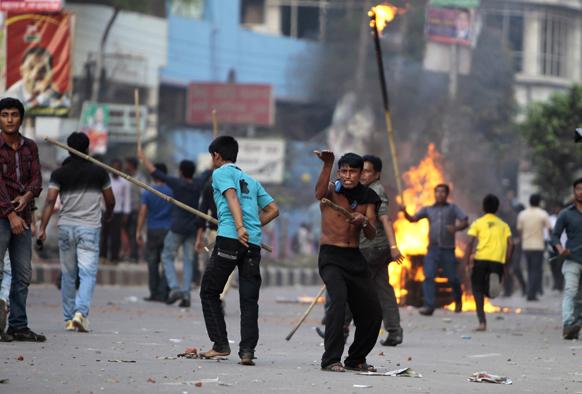 बांग्लदेश में विपक्षी पार्टी के कार्यकर्ता विरोध-प्रदर्शन के दौरान सड़कों पर आगजनी करते हुए।