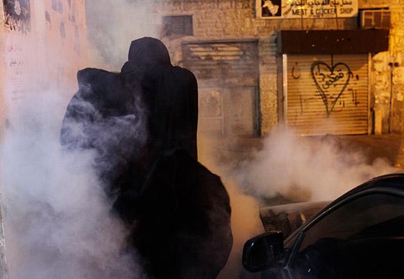 बहरीन में फैले दंगे का एक दृश्य।