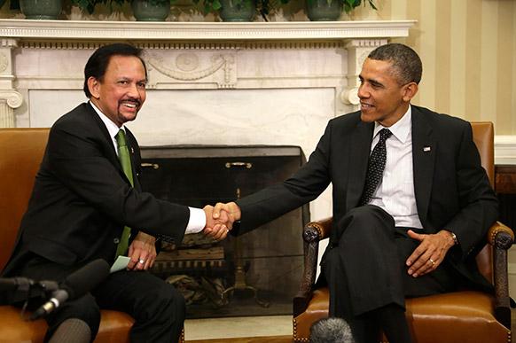वाशिंगटन के व्हाइट हाउस में अमेरिकी राष्ट्रपति बराक ओबामा ब्रुनेई के सुल्तान से मिलते हुए।
