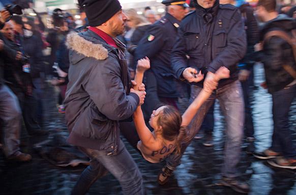 वेटिकन सिटी में नए पोप के चुनाव के दौरान एक महिला का विरोध प्रदर्शन।