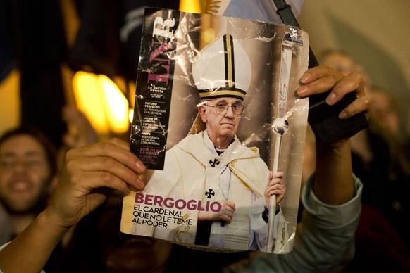अर्जेंटीना के जॉर्ज बरगोलियो की तस्वीर के साथ उनका एक प्रशंसक।