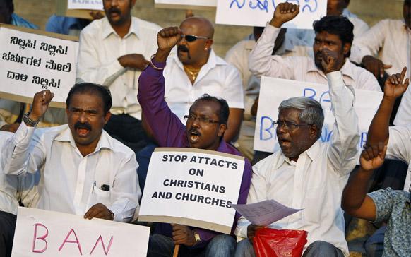 कर्नाटक में क्रिसमस समुदाय के लोग बजरंग दल के खिलाफ विरोध-प्रदर्शन करते हुए।