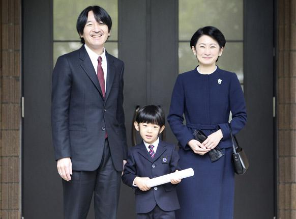 टोक्यो में प्रिंस हिशितो अपने पिता के साथ एक प्रेस कान्फ्रेंस को संबोधित करते हुए।