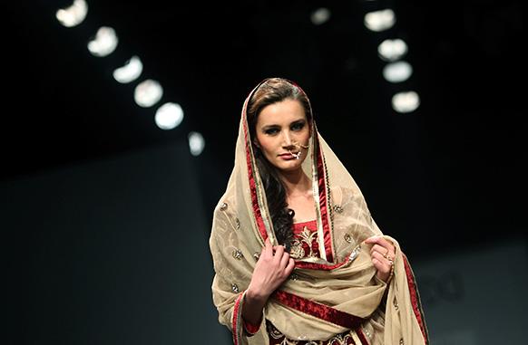 डिजाइनल विनीत बहल के परिधान को प्रदर्शित करती एक मॉडल।