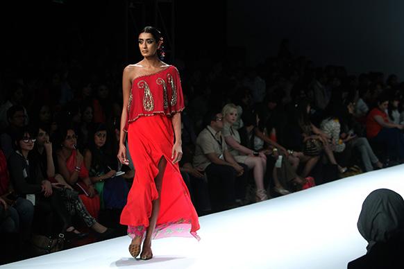 अनुपमा दयाल के पोशाक का प्रदर्शन करती एक मॉडल।