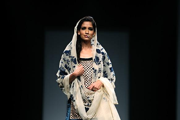 डिजाइनर विनीत बहल के परिधान को पेश करती एक मॉडल।