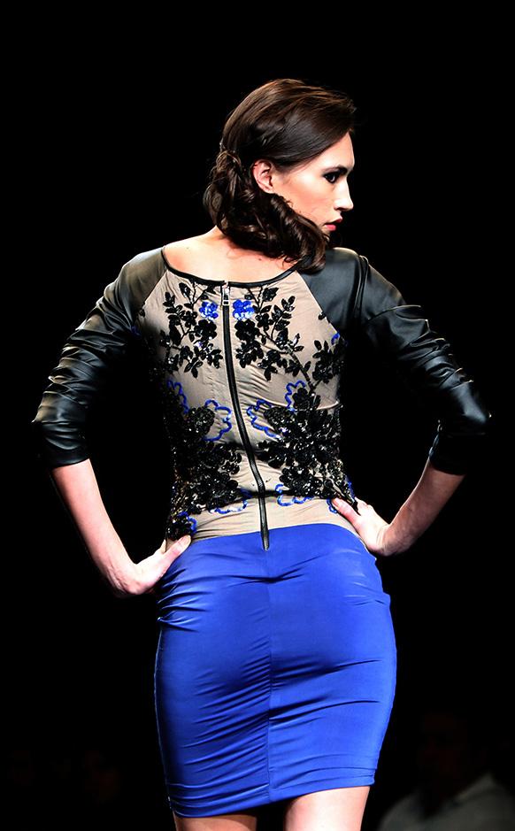 रैंप पर पोशाक का नजारा पेश करती एक मॉडल।