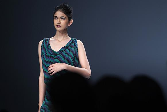 श्रुति गोयल के पोशाक पर रैंप पर चलती एक मॉडल।