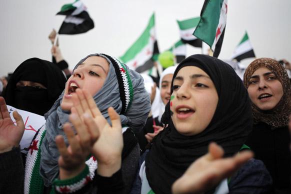 अम्मान में सीरियाई शासक असद के खिलाफ नारेबाजी करते प्रदर्शनकारी।