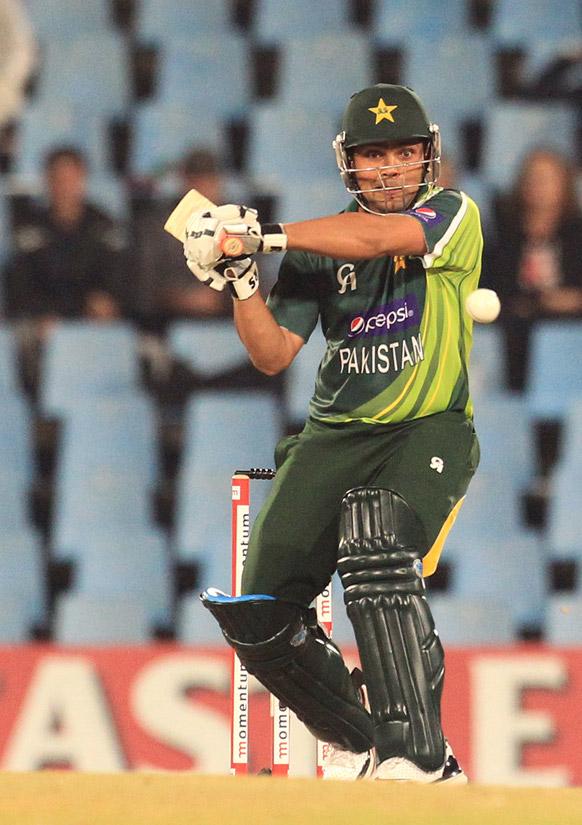 प्रिटोरिया में दक्षिण अफ्रीका के खिलाफ बल्लेबाजी करते पाकिस्तान के बल्लेबाज अकमल कामरान।