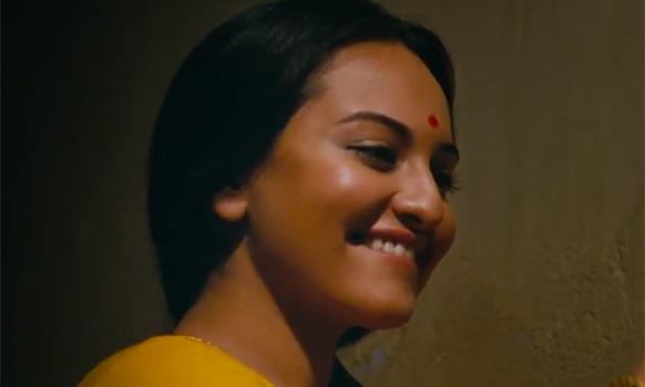 फिल्म 'लुटेरा' के एक सीन में सोनाक्षी सिन्हा प्रसन्न मुद्रा में।