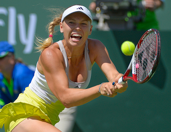 बीएनपी पाराबिस ओपन टेनिस टूर्नामेंट के दौरान शॉट खेलती डेनमार्क की कार्लोनिए।