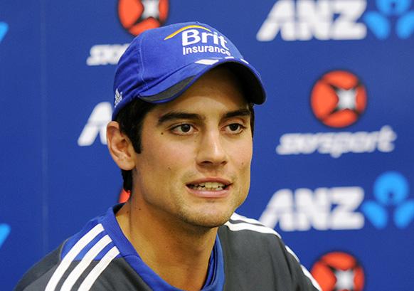 इंग्लैंड क्रिकेट टीम के कप्तान एलेस्टर कुक प्रेस को संबोधित करते हुए।