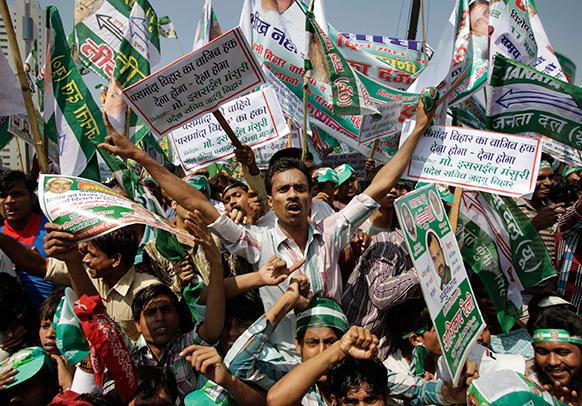 नई दिल्ली में जनता दल (यू) के अधिकार रैली के दौरान समर्थक।