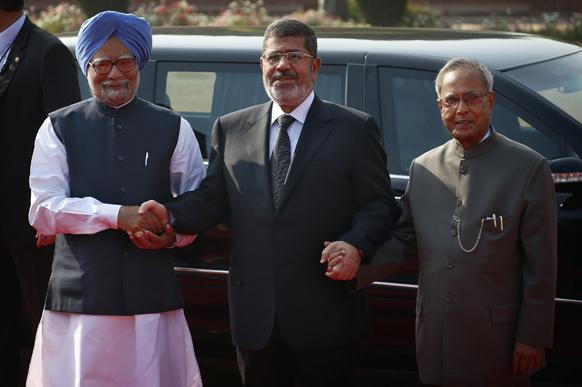 नई दिल्ली में मिस्र के राष्ट्रपति मोहम्मद मोर्सी, राष्ट्रपति प्रणब मुखर्जी और प्रधानमंत्री मनमोहन सिंह के साथ।