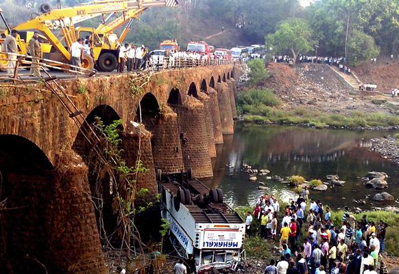 महाराष्ट्र के रत्नागिरी में बस हादसे का दृश्य जिसमें लगभग 37 लोगों की  मौत हो गई।