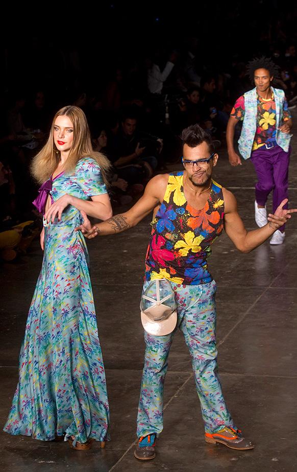 ब्राजील फैशन वीक मे रैंप पर थिरकते मॉडल।