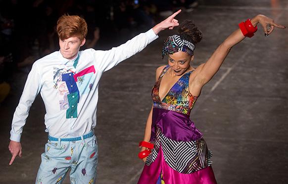 ड्रेस डिजाइनर के क्रिएशंस को पेश करने के दौरान डांस करते मॉडल।