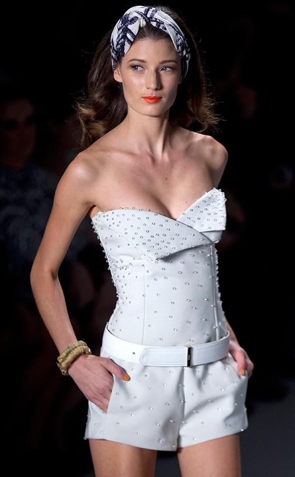 ब्राजील फैशन वीक के दौरान रैंप पर कैटवाक करती एक मॉडल।