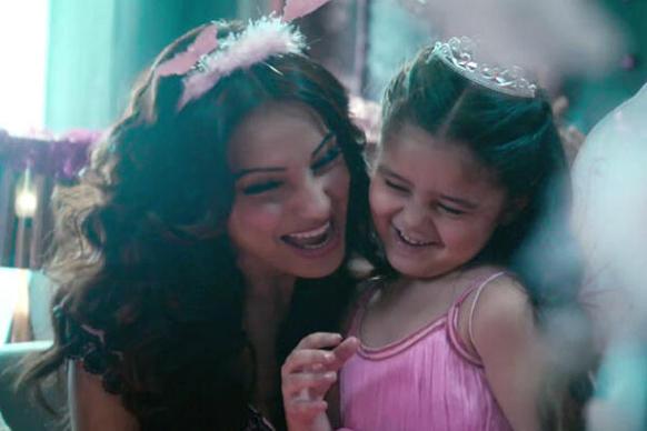 फिल्म आत्मा का एक दृश्य जिसमें बिपाशा अपनी बेटी के साथ खुश नजर आ रही हैं।