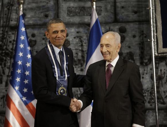 अमेरिकी राष्ट्रपति बराक ओबामा इजरायली राष्ट्रपित शिमोन पेरेस से मिलते हुए।