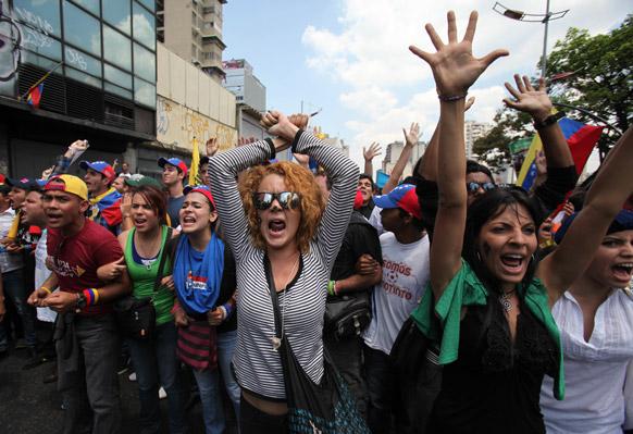 वेनेजुएला के छात्रों का स्वर्गीय राष्ट्रपति ह्यूगो शावेज की मौत के खिलाफ प्रदर्शन।