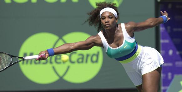 सोनी ओपन टेनिस टूर्नामेंट में शाट लगाती टेनिस खिलाड़ी सेरेना विलियम्स।