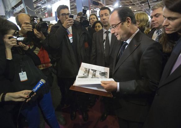 पेरिस के पुस्तक मेले में फ्रांस के राष्ट्रपति फ्रांसिस होलांदे।