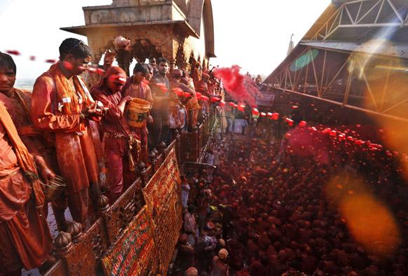 राधा और कृष्ण की नगरी वृंदावन,मथुरा और नंदगांव में होली की शुरुआत अभी से ही हो गई है।