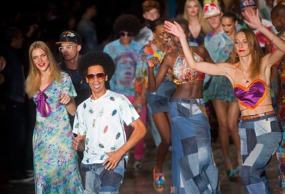 साओ पाअलो फैशन वीक के दौरान स्टेज पर नृत्य करते मॉडल।