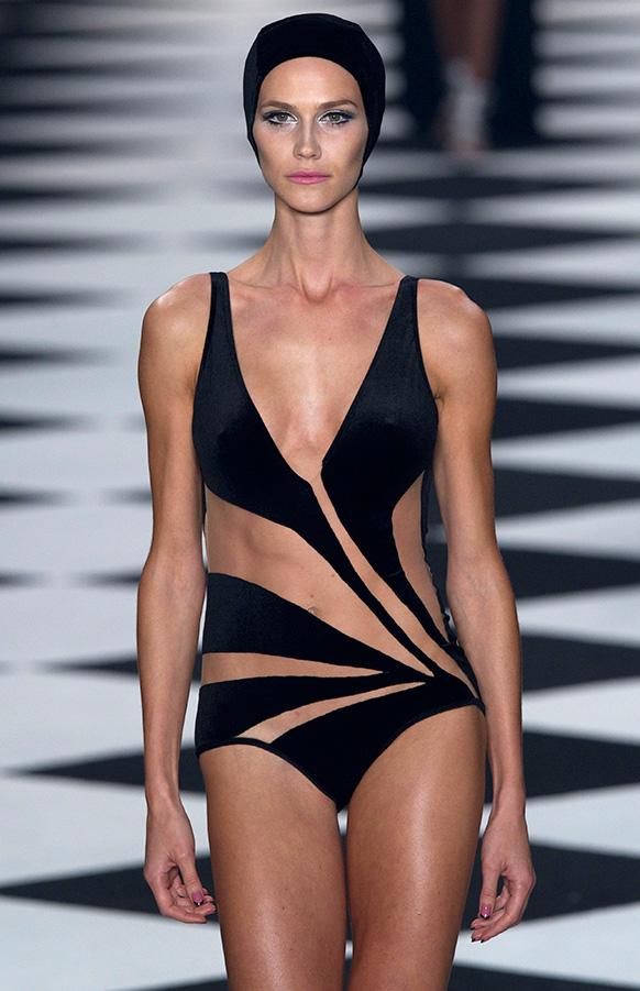 साओ पाअलो फैशन वीक में एड्रियाना डेग्रियाज समर कलेक्शन पेश करती एक मॉडल।