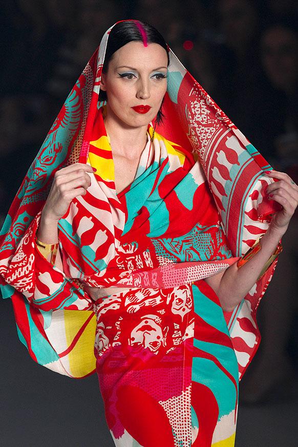 साओ पाअलो फैशन वीक में समर कलेक्शन करती ब्राजील की एक मॉडल।