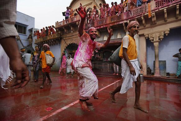नंदगांव में होली खेलते हिंदू श्रद्धालु।
