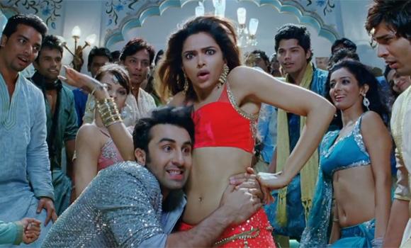 दीपिका के साथ फिल्म के एक गाने में प्यार जताते हुए रनबीर।