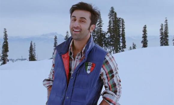 रनबीर फिल्म के दृश्य में बर्फ की वादियों में रोमांटिक अंदाज में।
