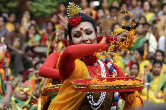 कोलकाता में फूलों के रंगों से होली खेलती छात्राएं।
