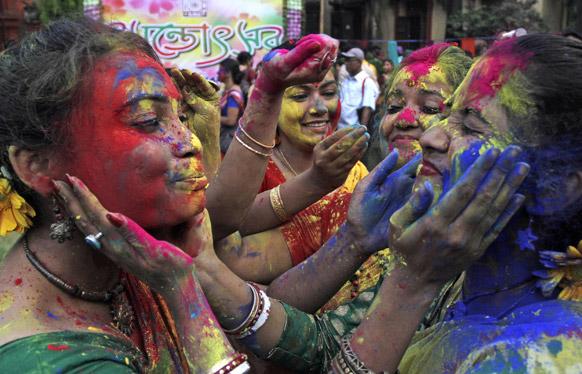 कोलकाता के रविंद्र भारतीय यूनिर्वसिटी कैंपस की छात्राएं एक दूसरे को गुलाल लगाती हुई।