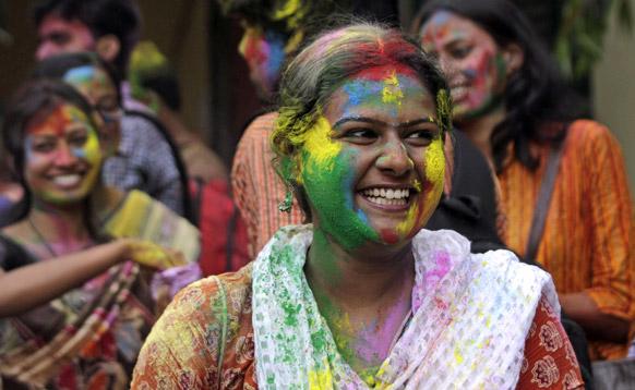 कोलकाता के रविंद्र भारतीय यूनिर्वसिटी कैंपस में होली खेलती छात्राएं।
