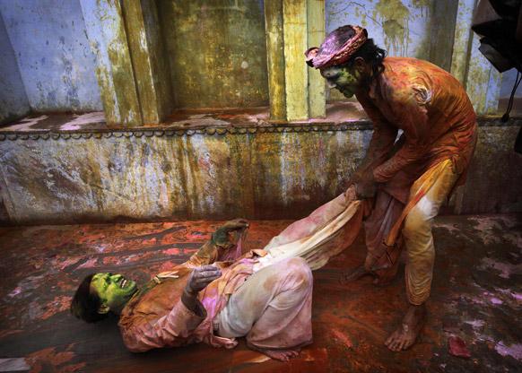 राधा-कृष्ण के नंदग्राम मंदिर में होली खेलते दो युवक।