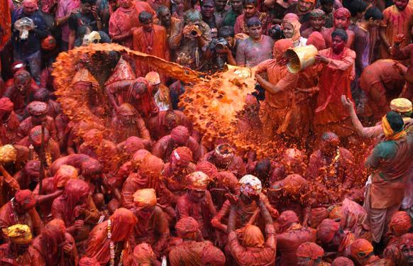 बरसाना में होली की मस्ती का एक दृश्य जिसमें होली के रंगों से हर व्यक्ति रंगीन हो उठा है।