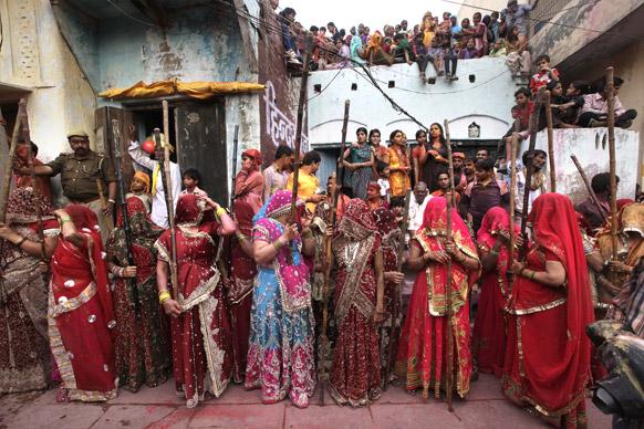 नंदगांव की महिलाएं लठ्ठमार होली के लिए अपनी बारी का इंतजार करती हुई।