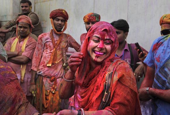 वृंदावन और नंदगांव में होली के रंगो से सराबोर होते लोग।