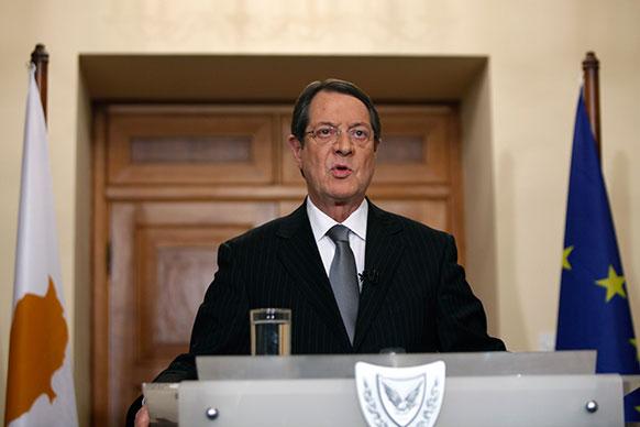 साइप्रस के राष्ट्रपति निकोस अनास्तादिएड्स टेलिवीजन पर लोगों को संबोधित करते हुए।