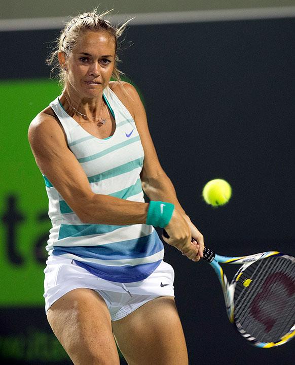 सोनी ओपन टेनिस टूर्नामेंट में जोरदार शॉट लगाती टेनिस खिलाड़ी मारिया शरापोवा।