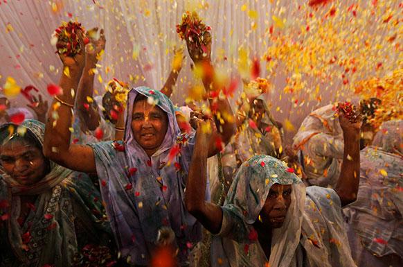 वृंदावन में विधवा महिलाओं ने फूल की होली खेली।