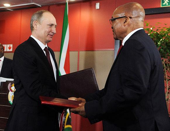 रूस के राष्ट्रपति व्लादिमीर पुतिन के साथ दक्षिण अफ्रीका के राष्ट्रपति जैकब जुमा।
