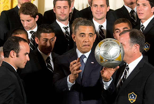 बराक ओबामा फुटबॉल खिलाड़ियों के साथ।